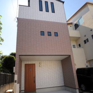 狭い間口・長細い敷地だから、元からあるお庭も生かせた<br>屋上バルコニー付、3階建ての「土間のある注文住宅」