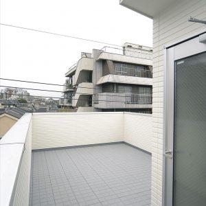 10坪あまりの敷地で、1階はまるまるガレージ、<br>解決策は、1階を鉄骨、2階、3階を木造にする混構造の家。