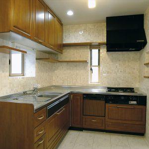 間口が狭く、奥行きが深い28坪、<br>木造吹抜け付きの地下室、1〜3階、屋上の5層住宅