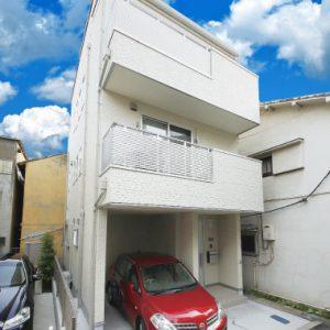 2階に明るい吹抜けがあるリビングを実現した<br>ビルトインガレージ&屋上のある技あり注文住宅