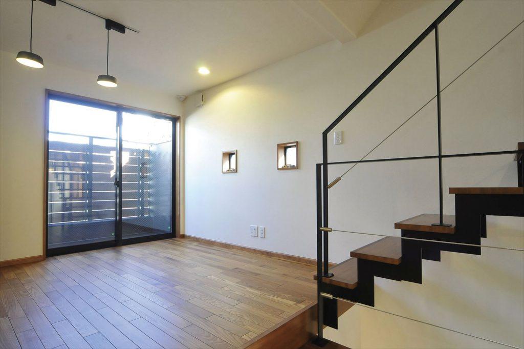 南東西の3方向を隣家に囲まれた敷地、<br>吹抜けと徹底した窓の採光の計画で開放感のある家に。