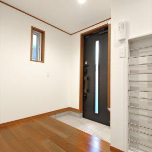 旗竿地でも光あふれる開放的な空間を実現した、<br>鉄骨階段と飾り梁が魅力的な3階建て住宅