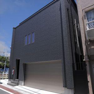 変形地でも『鉄骨造並み』の広い間口で車3台が置ける<br>ビルトインガレージ、屋上付き二世帯住宅