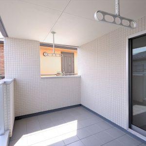 屋上と屋根裏収納。2階の上の空間を上手に使い、<br>白黒のコントラストがスタイリッシュな注文住宅