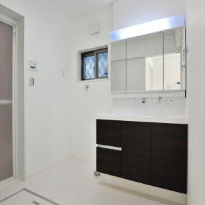 【約15.5畳の屋上付き】外観は美しい白のタイル。<br>各部屋使い勝手&カラーにもこだわる3階建て