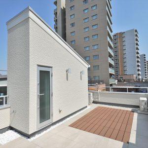 【屋上・HR】約11坪の土地をめいっぱい活用。<br>こだわりの光あふれるリビングが魅力的な3階建て