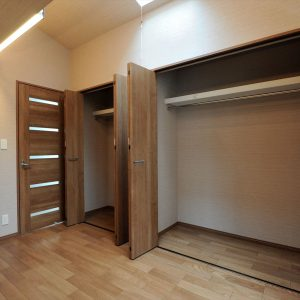 間口が狭くて奥行きがある縦長敷地、<br>1階が駐車場の狭小3階建て木造耐火の家。