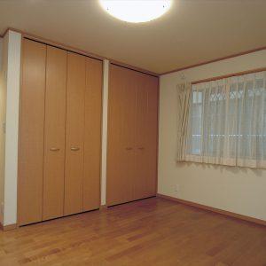 自然光がたっぷり入る地下なのに明るい応接室、<br>ご主人たってのこだわり、檜のお風呂でリラックスの家。