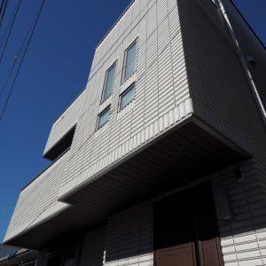 重量感のある総タイル貼りの高級かつスタイリッシュな外観。<br>法規制ギリギリまで広げた3階北側斜線部分は収納スペースに。