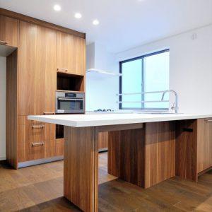 1階賃貸用店舗・倉庫スペース併用、2階・3階は階層で<br>居住空間が完全に独立した二世帯住宅