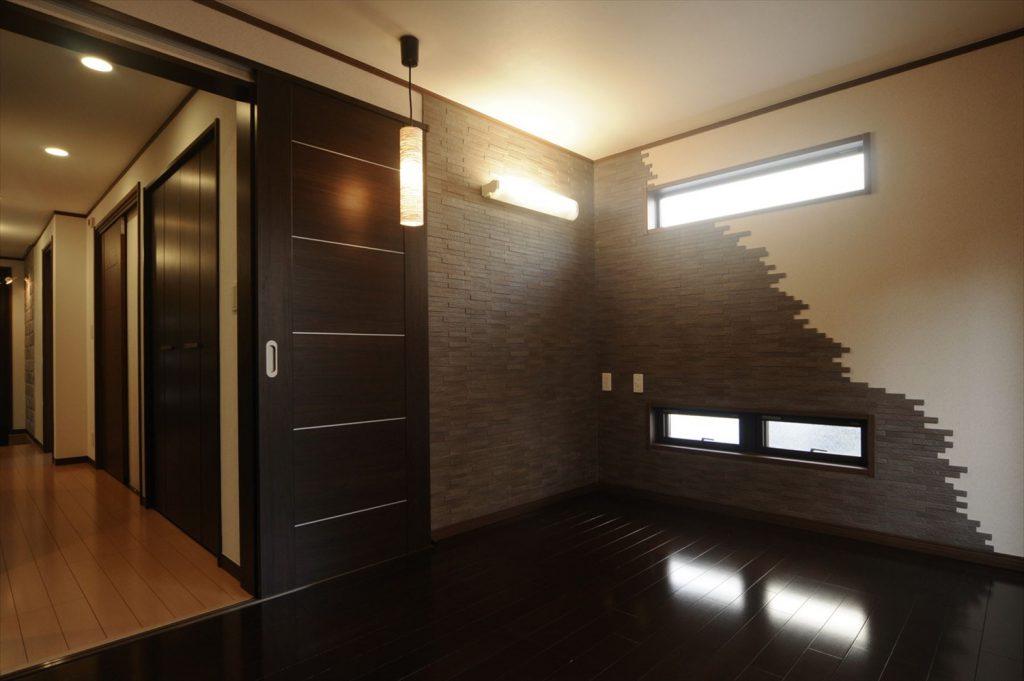 狭小3階建てにご両親と娘さん、<br>石とタイルの2トーンで高級感溢れる家。