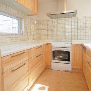 お家の中心を繋ぐ鉄骨階段で、光たっぷりの<br>3階建て屋上&趣味の熱帯魚の水槽設備付注文住宅。