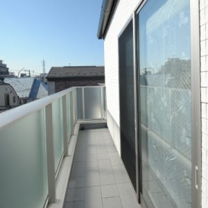 屋根の中まで余すところなく使った、<br>白いタイルが目印の3階建て小屋裏収納付、賃貸併用注文住宅